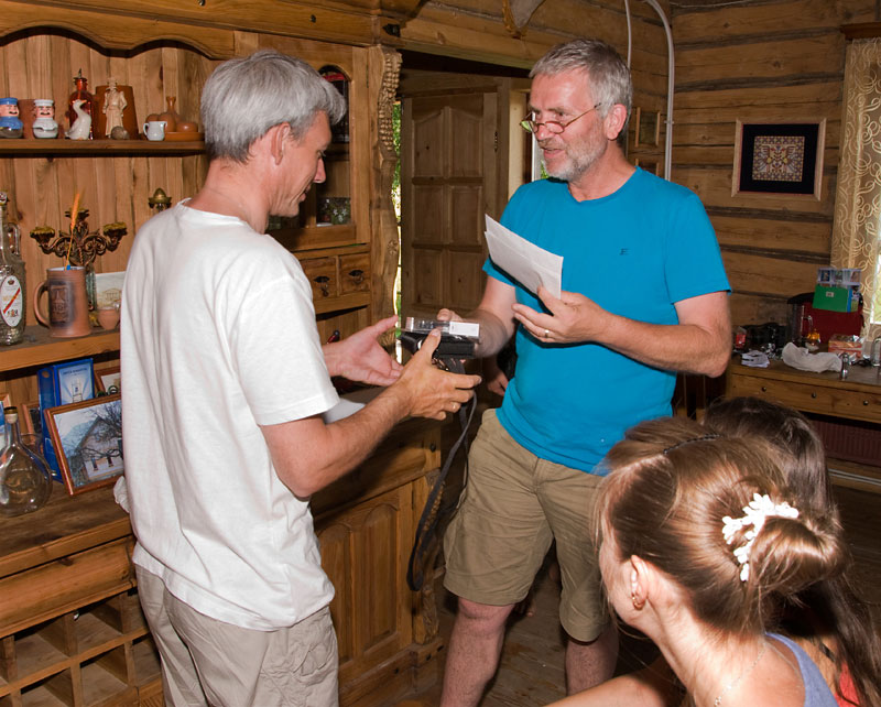 A participant of the workshop 'Bats in Belarus' receives a batdetor donated by the Zoogdierenwerkgroep Zuid-Holland (Photo: Dennis Wansink).
